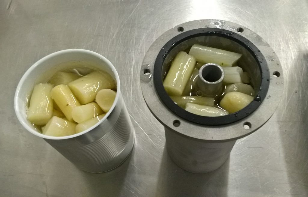 The food inside the toroid can, in this case black salsify, heated up faster than in the regular can, and even more when it was rotating while heating.