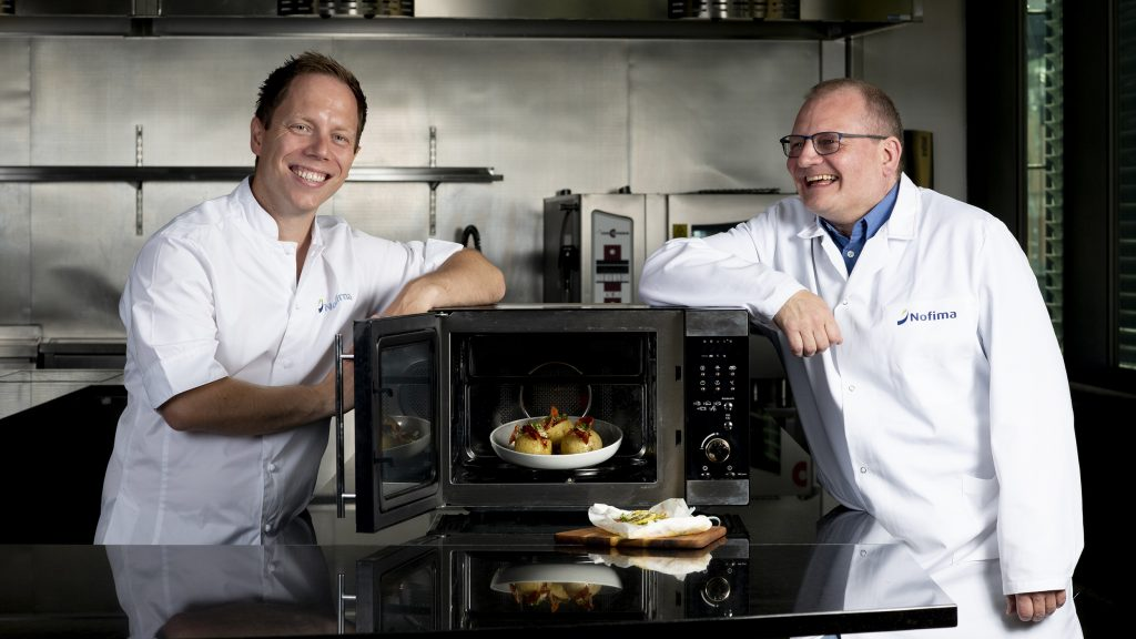 - Expand your use of the microwave oven, suggest Senior Scientist Dagbjørn Skipnes and Nofima chef Stian Gjerstad Iversen. Here they displays healthy and tasty food that you can easily make with a microwave oven.